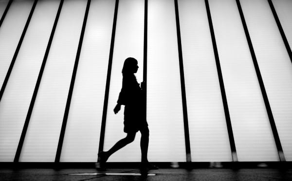女性 歩く2