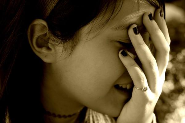 女性 顔に手