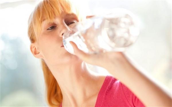 女性 水を飲む