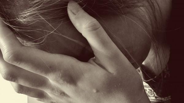 女性 泣く